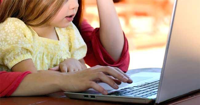 mamma e figlia al computer